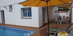 Située à 2 km du centre-ville de L'Escala, la maison de vacances La Mimosa propose une piscine extérieure, une terrasse meublée et un service de location de vélos. La plage est à 15 minutes à pied.