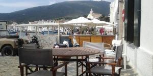 Situé à Cadaqués en face de la plage, le Cala Nans est une maison de vacances dotée d'une terrasse avec table à manger en plein air, d'un balcon et d'une connexion Wi-Fi gratuite. Cette maison comprend une chambre lits jumeaux, 2 chambres doubles et 2 salles de bains avec baignoire ou douche.