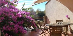 Situé à Castelló d'Empúries, à 8 km de Peralada et à 200 mètres du fleuve La Muga, l'établissement La Muralla - Perelada propose un appartement doté d'une terrasse privée meublée et d'un balcon. Le logement affiche un décor classique et rustique.