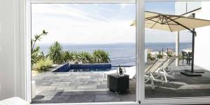 Doté d'une piscine extérieure, le Vista Roses Mar - Casa del Far est situé à seulement 600 mètres de la baie de Cala Canyelles à Roses. Cette villa élégante offre une vue magnifique sur la baie de Roses.