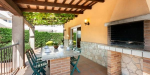 Located in L'Escala, Villa L'Escala 1 offers an outdoor pool. There is a full kitchen with a dishwasher and a microwave.