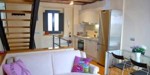 Doté d'une connexion Wi-Fi gratuite, l'Athenou La Rosa est un duplex situé à Gérone, à 350 mètres de la cathédrale. Cet appartement lumineux dispose d'un canapé, d'une télévision à écran plat, de la climatisation et d'un balcon.