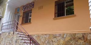Lloret de Mar: séjournez au cœur de la ville  Située à Lloret de Mar, à 450 mètres de la plage, la Pension El Ciervo propose des chambres avec une connexion Wi-Fi gratuite et une salle de bains privative dotée d'articles de toilette gratuits. La Pension El Ciervo comprend une réception ouverte 24h/24, un salon commun et un bureau d'excursions.