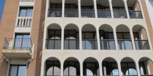 Lloret de Mar: séjournez au cœur de la ville  Les appartements et les studios climatisés de l'Apartaments Rosanna sont situés sur le bord de mer dans le centre de Lloret del Mar, sur la Costa Brava. Ils disposent d'une piscine sur le toit.