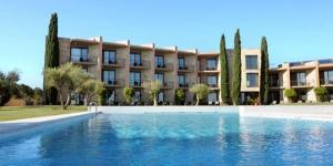 Doté d'une piscine extérieure et d'un restaurant, l'Hotel Albons permet un accès facile à l'autoroute desservant toute la Catalogne. Vous disposerez gratuitement d'une connexion Wi-Fi et d'un parking privé sur place.