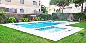 L'Apartamentos Aloe Fenals Park propose des appartements à Lloret de Mar, à seulement 5 minutes à pied de la plage de Fenals. Vous aurez accès à des jardins communs et à une piscine extérieure.