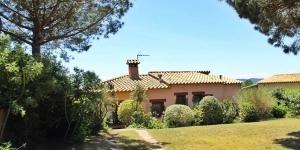 Offrant une vue sur la montagne, la maison de vacances Minimm Casa en Begur dispose d'une cheminée et d'un jardin. Elle est située à Begur, à 4 km de la plage de Cap Rubí.