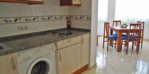 Lloret de Mar: séjournez au cœur de la ville  Bénéficiant d'un emplacement central, l'Apartaments Playas Centro se situe à 50 mètres de la gare routière de Lloret de Mar et à 5 minutes de marche de la plage. Une connexion Wi-Fi est accessible gratuitement dans l'ensemble de ses locaux.