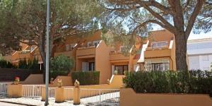 Située à Pals, la Casa adosada en Playa de Pals dispose d'une terrasse meublée et d'un jardin. La plage de Sa Riera se trouve à 7 km.