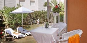 Doté d'un jardin avec chaises longues, le Casa adosada en Golf Platja de Pals est situé à Pals. Cette maison de vacances pour 6 personnes se trouve à 500 mètres de la plage.