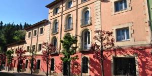 Situé à Arbúcies, l'Hostal Montsoliu possède un jardin avec une piscine extérieure, un bar avec terrasse et un restaurant-pizzeria. Vous bénéficierez gratuitement d'une connexion Wi-Fi et d'un espace de stationnement privé.