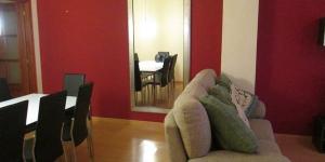 L'établissement Bonsái est un hébergement indépendant situé à Lloret de Mar. Cet appartement à 4 chambres comprend une télévision à écran plat, un lave-linge et une cuisine équipée d'un lave-vaisselle.