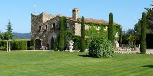 Le Can Mateu de La Creu occupe une ancienne ferme restaurée du XVIIIe siècle située dans la réserve naturelle des Gavarres. Il propose une piscine extérieure, un service de prêt de vélos, ainsi qu'une connexion Wi-Fi gratuite dans tout l'établissement.