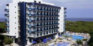 Situé à 50 mètres de la plage de Blanes, l'Hotel Blaucel possède une piscine intérieure et une piscine extérieure ouverte en saison. Toutes les chambres comportent un balcon privé avec vue partielle sur la mer.
