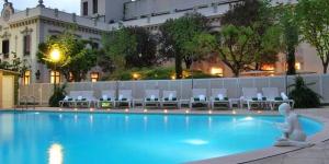 Situé à Caldes de Malavella, l'Hotel Balneario Prats abrite des thermes et une piscine extérieure, chauffée par des sources d'eau naturelles. Chaque chambre jouit d'une vue sur le jardin ou sur la cour.