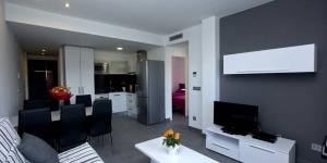 Situé à 300 mètres de la mer à Roses, l'InmoSantos Apartaments Nuria dispose d'une piscine extérieure commune. Ces appartements modernes et climatisés sont pourvus d'une terrasse privée et d'une connexion Wi-Fi gratuite.