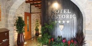 Aménagé dans un style champêtre, l'Hotel Historic vous accueille dans la vieille ville de Gérone, à seulement 100 mètres de la cathédrale. Il vous propose des chambres insonorisées avec télévision par satellite à écran plat.