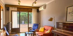 Located in Begur, Apartamentos Eetu offers a restaurant and a tennis court. The apartment will provide you with air conditioning, a terrace and a seating area.