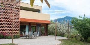 La Casa Bonavista est une grande maison de vacances située dans des jardins aux abords de la commune de Salas de Llierca. Elle propose une terrasse offrant des vues panoramiques sur la charmante campagne environnante.