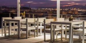 L'AC Hotel Palau de Bellavista by Marriott vous accueille à 20 minutes à pied du centre historique, de la forteresse et de la cathédrale de Gérone. Il vous propose des hébergements dotés d'un minibar, un service d'étage disponible 24h/24 et un toit-terrasse offrant une vue imprenable.