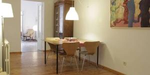 L'Apartament La Força propose un hébergement indépendant dans le quartier historique de Gérone, dans le même bâtiment que le musée d'histoire des Juifs. Offrant une vue sur le jardin, cet appartement spacieux se trouve à 180 mètres de la cathédrale de Gérone.