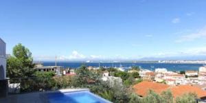 Roses: séjournez au cœur de la ville  Doté d'une piscine privée avec vue dégagée sur la mer, l'InmoSantos Casa Tordera propose une maison 4 chambres avec un parking privé gratuit sur place. La maison dispose d'un coin salon-repas spacieux et lumineux doté d'un canapé-lit, d'une cheminée ainsi que d'un grand balcon avec vue.