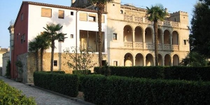 Bénéficiantd'une piscine et d'uneterrasse communes, le Can Tallada vous accueille dans la paisible ville de Bordils, à 15 km de Gérone. Cet établissementcomporte des villas et des studios.