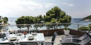 Situé à 4,5 km de Roses en face de la plage Cala Canyelles, le Vista Roses Mar - El Molí dispose d'un appartement avec piscine extérieure commune et terrasse privée et meublée donnant sur la mer. Cet appartement spacieux et moderne comprend une grande chambre double, une chambre lits jumeaux et une salle de bains.