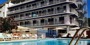 L'hôtel Nereida dispose d'une piscine extérieure et d'une terrasse. Il propose une connexion Wi-Fi gratuite et des chambres dotées de balcons.