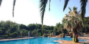 Doté d'une piscine extérieure, d'un restaurant et d'un jardin, l'établissement Apartaments Solmar est situé à Blanes. Pourvu d'un jardin et d'un bar, il se trouve à 200 mètres de la plage.