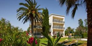 Les appartements et studios du Santa Maria sont tous situés à moins de 500 mètres de la plage de Roses, sur la Costa Brava. Tous les appartements disposent d'une piscine commune, ainsi que d'un parking et d'une connexion Wi-Fi gratuits.