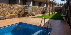 L'Agi Torre Quimeta Apartments est situé dans un quartier calme de Roses, à seulement 100 mètres de la plage. Il dispose d'une piscine extérieure commune et d'appartements climatisés pourvus d'une télévision.