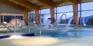 L'Hotel Guitart Termes la Collada vous propose des soins de spa hauts de gamme dans un magnifique cadre montagnard. Vous profiterez d'une connexion Wi-Fi et de piscines intérieures et extérieures.