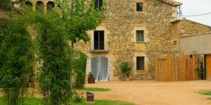L'Hotel Mas Carreras 1846 est situé à Bordils, dans la campagne catalane, à seulement 15 minutes de route de Gérone. Cette charmante ferme en pierre propose des chambres élégantes et un grand jardin avec une piscine.