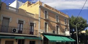 Situé à Castelló d'Empúries, l'établissement Hostal Ca L'Anton se trouve à moins de 20minutes de route de la réserve naturelle Cap de Creus. Il propose des chambres climatisées, dotées d'une télévision par câble et d'un balcon privé.