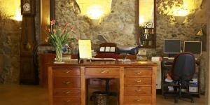 L'Hotel Can Ceret est situé à Sant Pere Pescador, à proximité du parc naturel Aiguamolls de l'Empordà et des plages de la Costa Brava. Il est situé dans un manoir du XVIIIe siècle.
