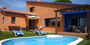 Dotée d'une piscine privée, la Villa Jovitta est située à 5 km du centre-ville de Lloret de Mar. L'établissement vous propose un hébergement avec la climatisation, le chauffage, et une connexion Wi-Fi gratuite.