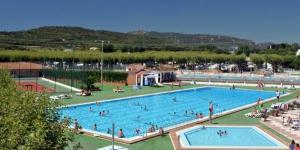 Situé à 1,6 km des plages de Platja d'Aro, le Camping Riembau propose un hébergement dans des mobile homes bien équipés. Le camping possède une piscine extérieure ouverte en saison, un restaurant et des installations sportives.
