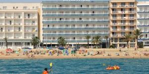 L'Hotel Pimar & Spa est installé en bordure de la plage de S'Abanell, la plus longue plage de la Costa Brava, à seulement 5 minutes à pied du centre-ville de Blanes. Cet hôtel possède un spa doté d'un bain à remous, de transats thermiques et d'un bain à vapeur.