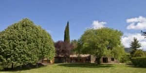 Situé dans le village de Les Llosses, le B&B El Bac est entouré d'un magnifique jardin doté d'une piscine extérieure et d'une terrasse bien exposée. Ce Bed & Breakfast rustique dispose d'un barbecue et d'une connexion Wi-Fi gratuite dans ses parties communes.