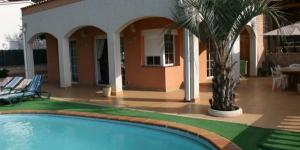 Situé dans un quartier résidentiel de Tossa de Mar, à 25 minutes à pied de la plage, l'Holiday home Hortensia 1 possède une piscine privée et un coin repas extérieur avec un barbecue. Climatisée et chauffée, cette maison propose une connexion Wi-Fi gratuite ainsi qu'un coin salon avec une télévision à écran plat et un lecteur DVD.