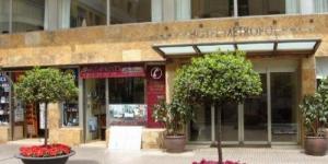 Lloret de Mar: séjournez au cœur de la ville  L'Apartaments Lloveras est une agence spécialisée dans l'hébergement touristique à Lloret de Mar qui vous propose une gamme d'appartements à un bon rapport qualité/prix, tous situés dans un quartier calme à moins de 500 mètres de la plage. Tous les appartements sont modernes et fonctionnels.