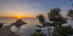 Surplombant le Cap Roig sur la Costa Brava, le Silken Park Hotel San Jorge permet un accès direct aux criques de Bella Dona et de Sant Jordi. Il dispose d'une piscine extérieure, d'un spa et d'une connexion Wi-Fi gratuite dans l'ensemble de ses locaux.
