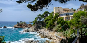 Construit sur les rochers du littoral de Platja d'Aro, le Cap Roig jouit d'une vue imprenable sur la mer depuis sa piscine. Il dispose d'un spa relaxant, le Sa La Mar.