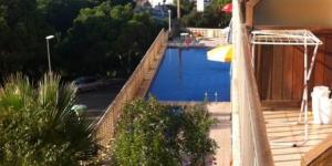 Doté d'une piscine extérieure commune et d'une terrasse bien exposée, l'Apartment Lloret de Mar est situé à Lloret de Mar. Cet appartement climatisé dispose d'un balcon meublé offrant une vue sur la mer et d'une connexion Internet par câble gratuite.
