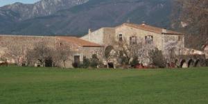 Cette maison de campagne du XVIIe siècle est située dans le village montagneux de Darnius, dans la région Alt Empordà de Catalogne. Entourée par des terres agricoles, elle propose un hébergement rustique, des confitures faites maison et de la charcuterie.