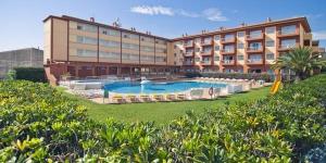 Implanté à L'Estartit, à seulement 400 mètres de sa plage, le RVHotels Estartit Confort propose des appartements accompagnés d'une piscine extérieure et d'une terrasse bien exposée communes. Une connexion Wi-Fi y est gracieusement fournie.