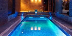 Lloret de Mar: séjournez au cœur de la ville  Situé à seulement 50 mètres de la plage de Lloret de Mar, sur la Costa Brava, l'Acacias Hotel Suites & Spa dispose d'une connexion Wi-Fi,d'une piscine extérieure, ainsi que d'un spa doté d'un sauna et d'un bain à remous. Les chambres climatisées comprennent un balcon privé et une télévision par satellite.