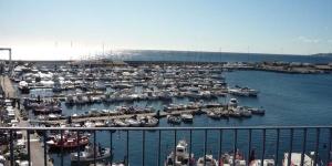 Offrant une vue magnifique sur le port de plaisance de Palamós, l'Apartamentos la Catifa propose des appartements avec 2 ou 3 chambres. Idéalement situés dans le centre, à seulement 200 mètres de la plage, ils bénéficient tous d'une connexion Wi-Fi gratuite et d'un parking gratuit.