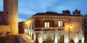 Situé à 50 mètres de la place principale de Begur, l'Hotel Sa Calma est une maison rénovée du XIXe siècle avec un spa et une piscine sur le toit gratuits. Toutes ses chambres possèdent une douche et une baignoire à chromothérapie.